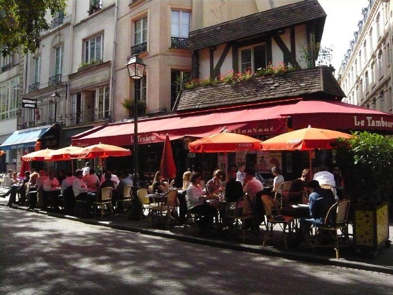 les petits cafés de la rue montmartre ouverts à toute heure