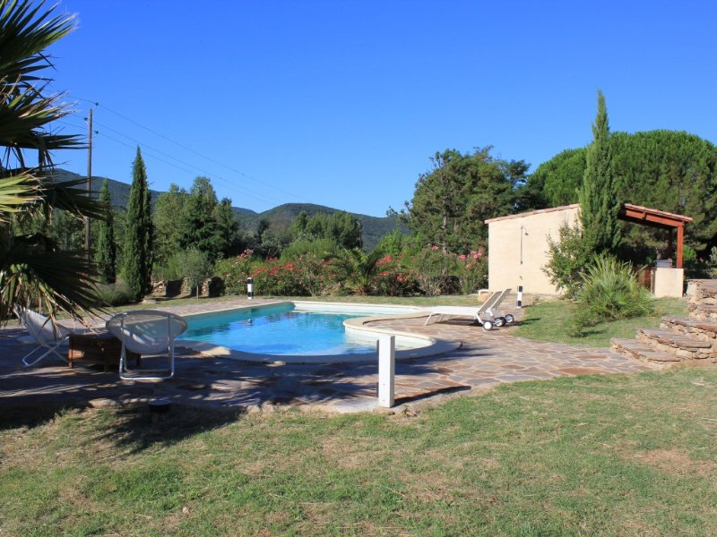 Vrijstaande villa met magnifiek uitzicht, groot zwembad en diverse terrassen, holiday rental in Vieussan