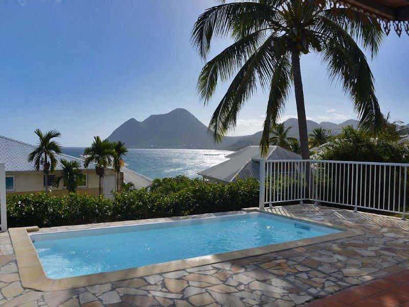 Agréable Villa climatisée à 50m de la plage avec vue sur la mer et piscine, aluguéis de temporada em Arrondissement of Le Marin