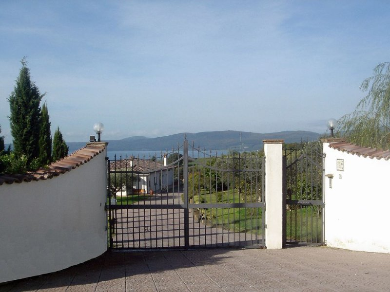 Country villa with pool and lake view, holiday rental in Trevignano Romano
