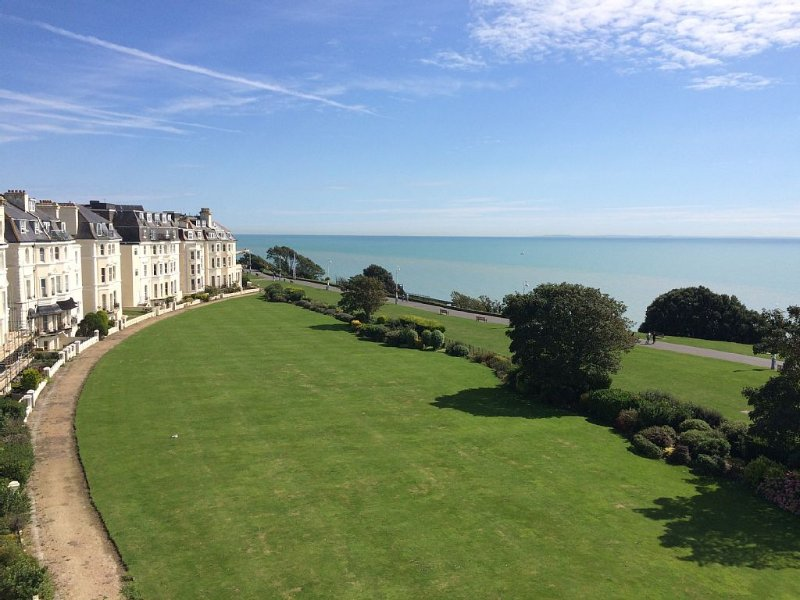 Penthouse balcony apartment with panoramic sea views., vacation rental in Folkestone