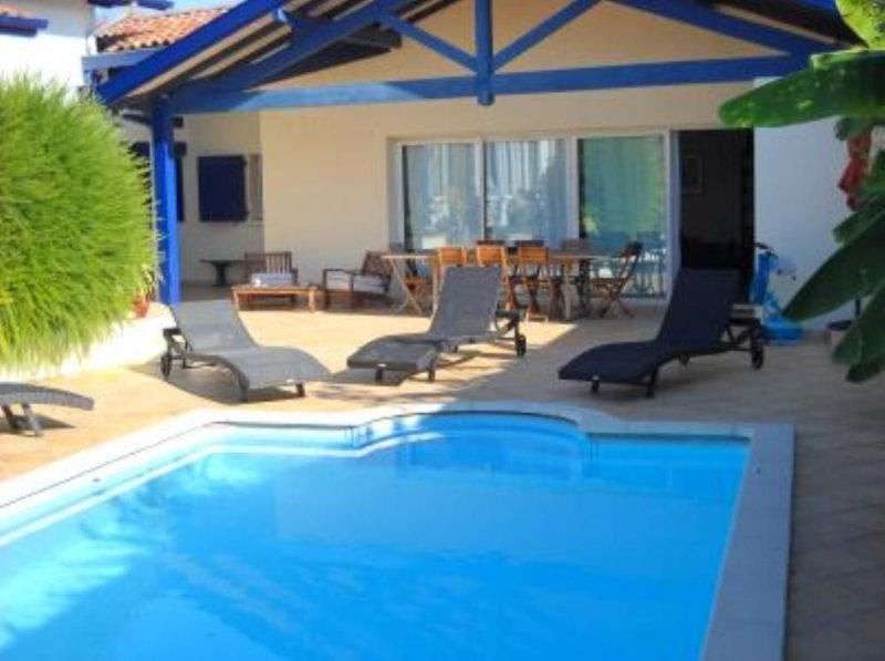 Petite maison indépendante avec piscine à 5 minutes des plages, location de vacances à Anglet