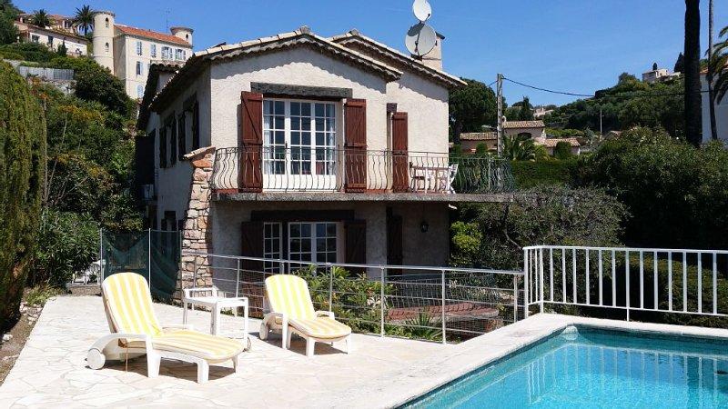 Maison vue sur mer avec piscine et jardin ombragé , endroit calme, holiday rental in Vallauris