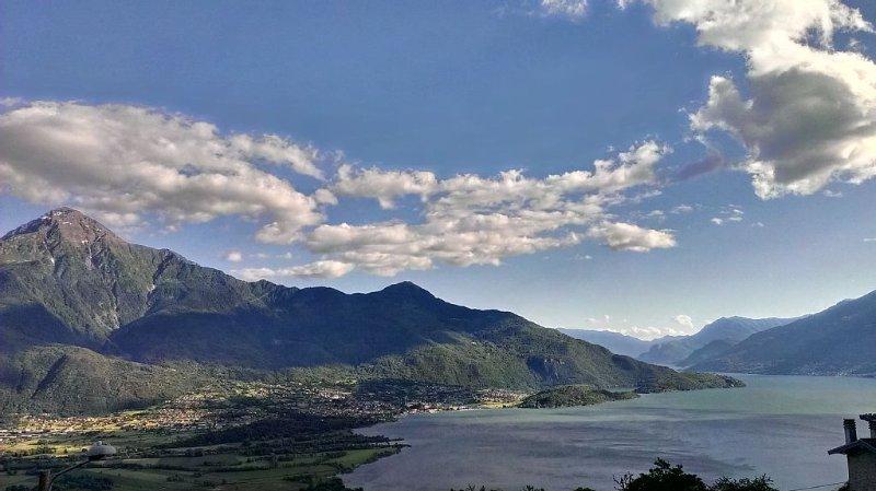 Appartamento con splendida vista sul Lago di Como nella quiete della montagna., vacation rental in Borgonuovo