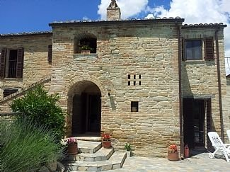 Stunning farmhouse, Set in its own grounds with pool, casa vacanza a Santa Vittoria in Matenano