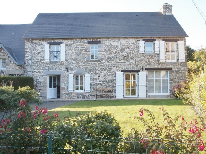 4 bedroom house in a quiet rural hamlet 3km from the sea on Mont St. Michel Bay, vacation rental in La Lucerne-d'Outremer