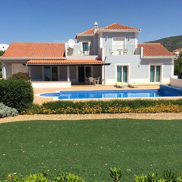 Luxury Villa - Own Heated Pool, Aircon, BBQ, Boules, WiFi,  Superb Games Room, Ferienwohnung in Olhao