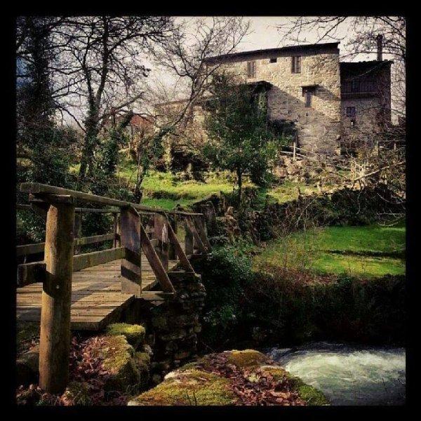 Ourense: Casa de aldea con jardín al lado del río, holiday rental in Cenlle
