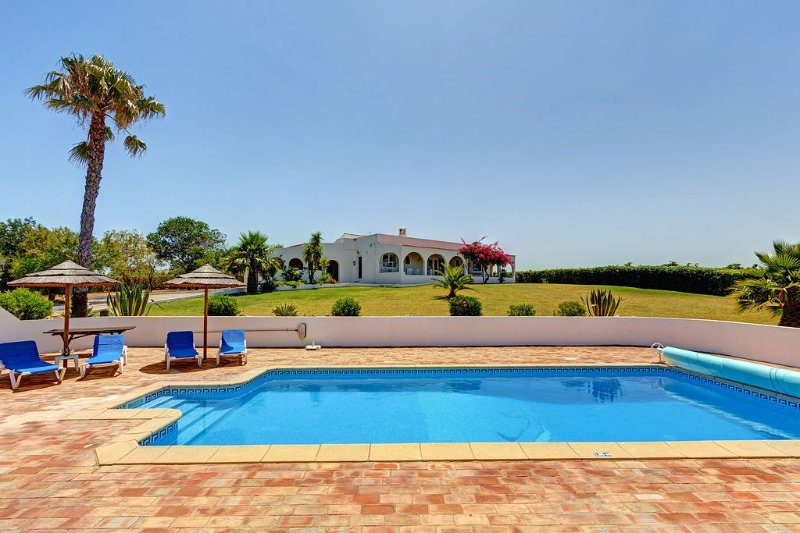 Luxury 4 bedroom private villa with pool & stunning views, aluguéis de temporada em Guia