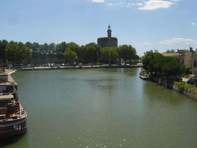 3 BED SECURE APARTMENT OVERLOOKING CANAL AND 5 MINUTE WALK TO MEDIEVAL CASTLE, location de vacances à Aigues-Mortes