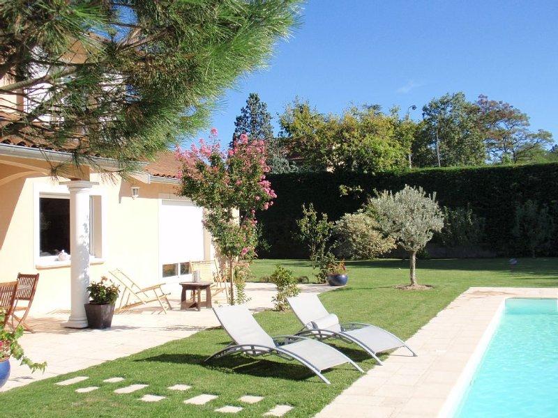 Gite 35 m2 à Brindas à 12 km de Lyon ouest Lyon dans propriété au calme parking, holiday rental in Courzieu