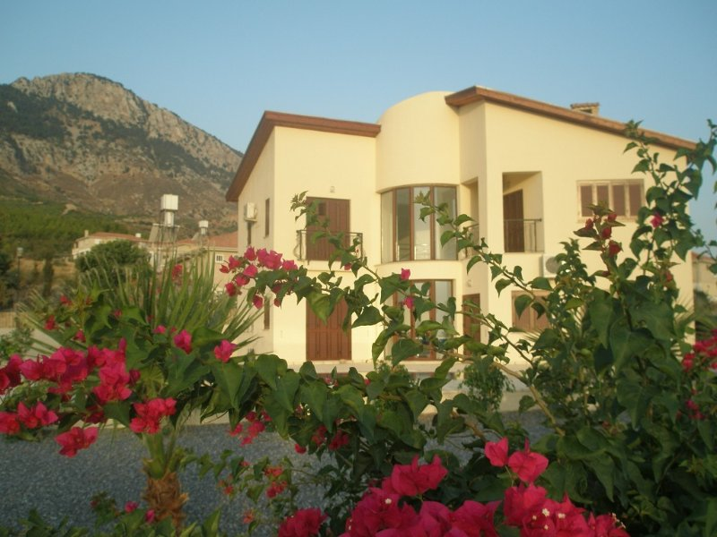 A home from home but with added sunshine!  Sleeps up to eight, alquiler de vacaciones en Lapta