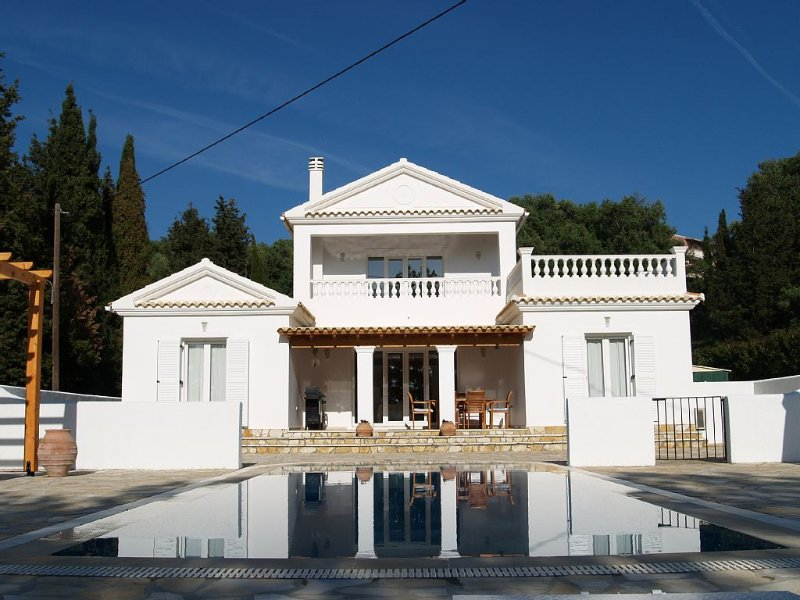Serene, seaview villa with Aircon, Heated Pool, WiFi & enjoying stunning sunsets, holiday rental in Avliotes