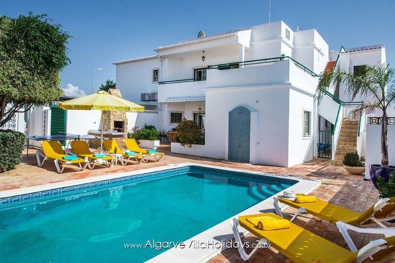 Sleeps 11 - Full a/c & Solar heated pool & Wi Fi, just 3 mins drive to beaches, holiday rental in Albufeira