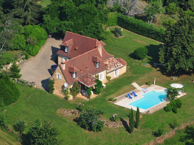 17 century farmhouse on top of a hill with beautiful views and Heated Pool, aluguéis de temporada em Bourgnac