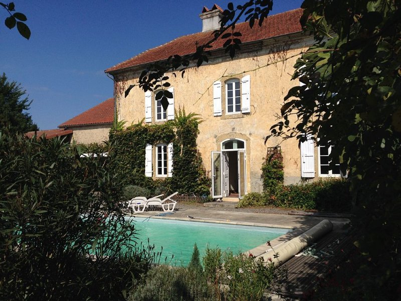 Large house with Pool in a small village in rural Gascony, aluguéis de temporada em Luc-Armau