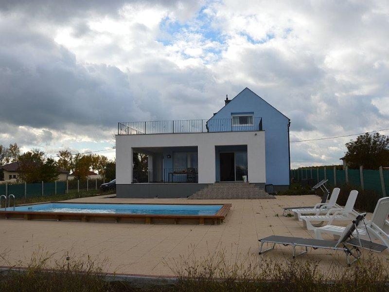 Luxe villa, ruim zwembad, rolstoelvriendelijk. Slaapkamers met airconditioning – semesterbostad i Zala County