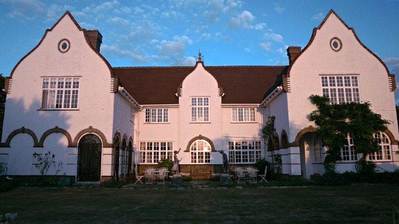 Luxurious 8-Bedroom House With Spacious Rooms And Garden (SEE VIDEO), aluguéis de temporada em Bembridge