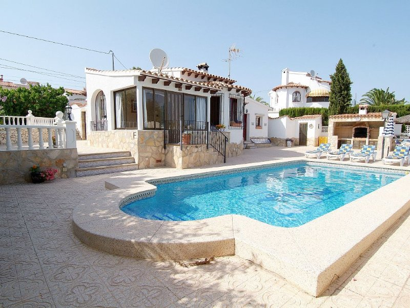 4 Bedroom villa, up to 10 people, Private pool & BBQ close to beaches and Calpe – semesterbostad i Calpe