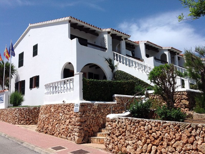Apartment in landscaped gardens, two shared pools, five minutes walk to beach, aluguéis de temporada em Arenal d'en Castell