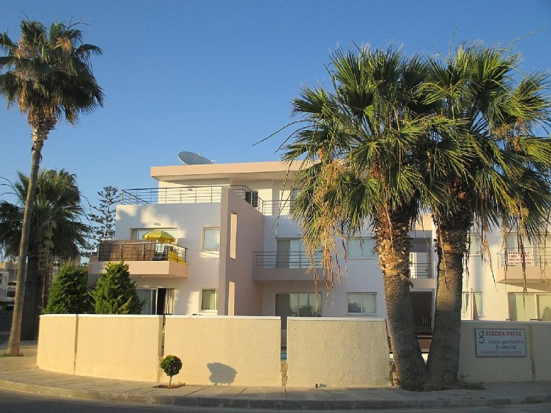 Ground Floor Apartment with Pool, A/C, TV, DVD, WIFI, Patio & Private Parking, vacation rental in Paphos