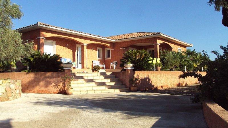Entre plage et montagne, villa spacieuse avec piscine idéale en famille ou amis, alquiler de vacaciones en Solaro