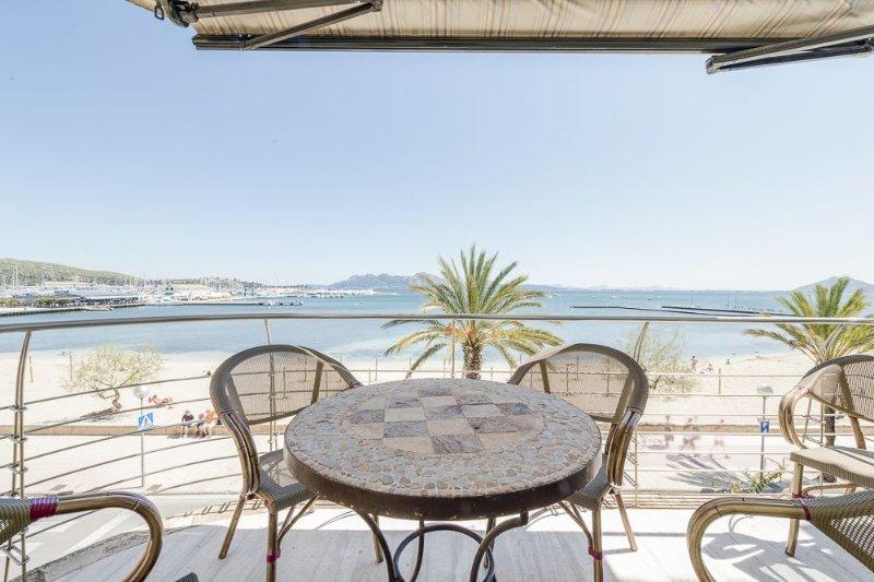 Excellent Front line property in a prime location, air con WI FI, alquiler de vacaciones en Pollença