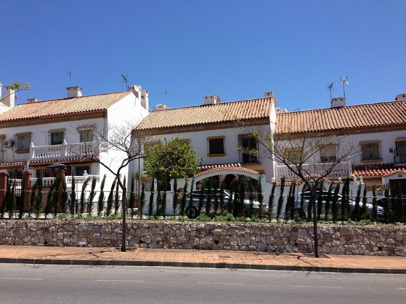 4 Bedroom Townhouse With Pool Close To Town, Beach And Park - Free WiFi, location de vacances à Arroyo de la Miel