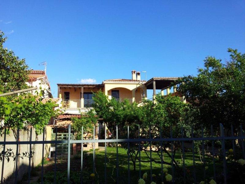 AFFITTASI QUATTRO LOCALI con 6 posti letto, vakantiewoning in Pula