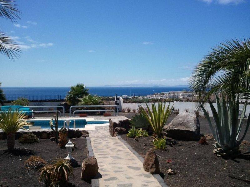 Puerto Calero Tias: splendide maison jardin privé 2500m ainsi que piscine, location de vacances à Puerto Calero