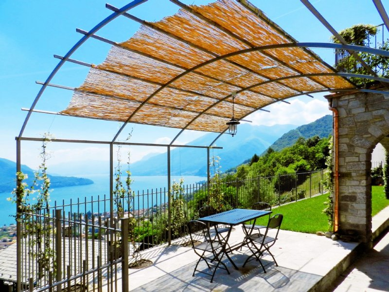 Villa per vacanza relax con magnifica vista sul lago di Como, location de vacances à Domaso