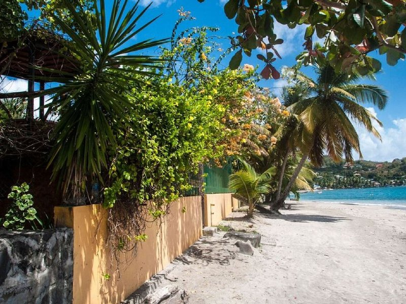* Unique! Your Private Beach House , located a few Yard from the Water!, aluguéis de temporada em Laborie