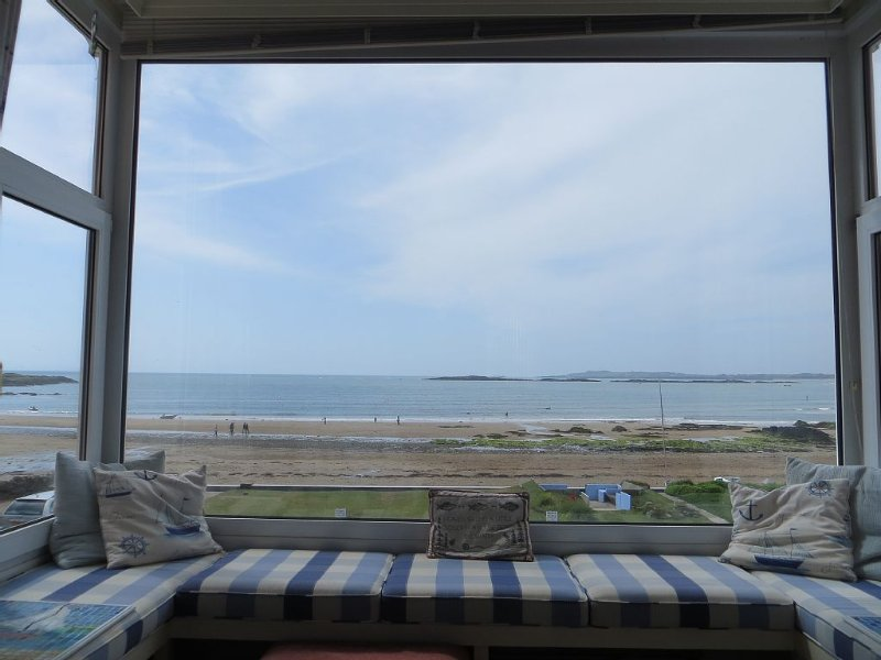 Stunning bay views and sunsets seen from all main rooms. Games room. Wetroom., holiday rental in Rhosneigr