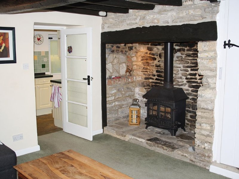 Cosy character cottage with wood burning stove, sleeps 5 + baby/toddler., holiday rental in Worth Matravers