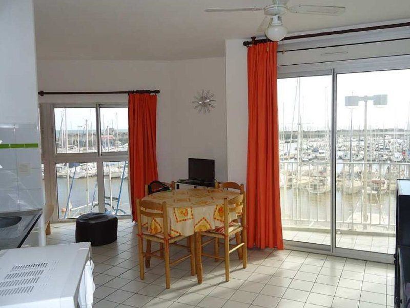 Sunny 2 Bedroom apt on the Port with magnificent views, 10 mins walk to beach, Ferienwohnung in Saint-Cyprien