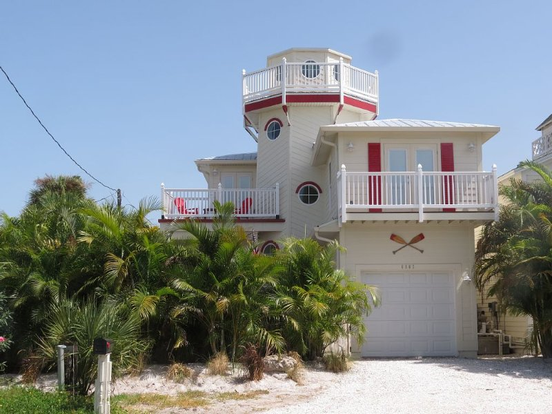 Unique Lighthouse by AMIBeachClub. Pay for 6 stay for 7, 1-29 Aug 2020 Sat-Sat, holiday rental in Holmes Beach