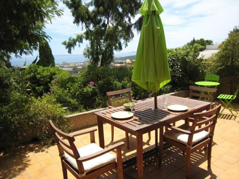 Residential flat with terrace, garden, view on the sea, privative entrance, holiday rental in Bormes-Les-Mimosas