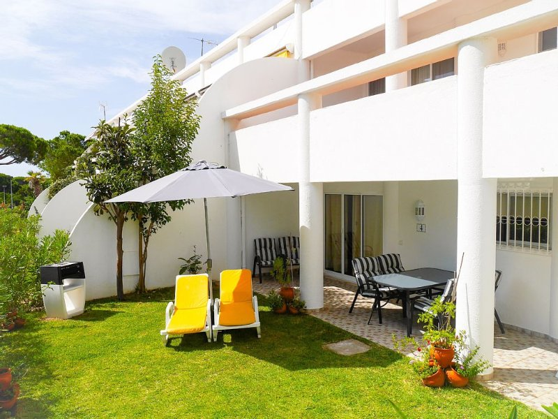 Family friendly A/C Apt with beach,restaurants,golf,tennis in walking distance – semesterbostad i Loule