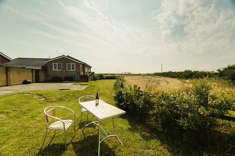 Bungalow In The Countryside, Only 10 Minutes Drive From The Beach .Free wifi, location de vacances à Alford