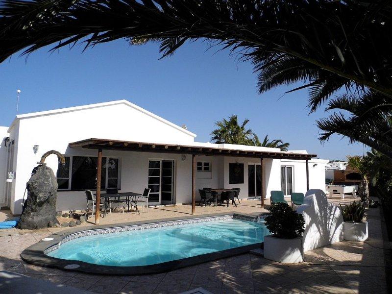 Sleeps 12, 3 bathrooms, private heated pool - very private. Sky Sports. AIR CON, alquiler de vacaciones en Puerto del Carmen