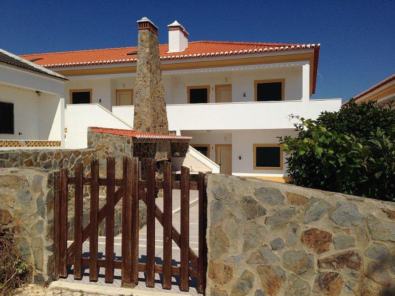 Second Floor Apartment With Balcony And Sea Views, aluguéis de temporada em Aljezur