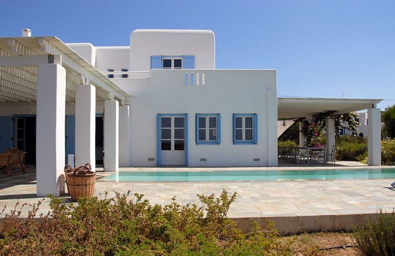 Spacious and beautiful new villa with a private swimming pool, holiday rental in Schinoussa Town