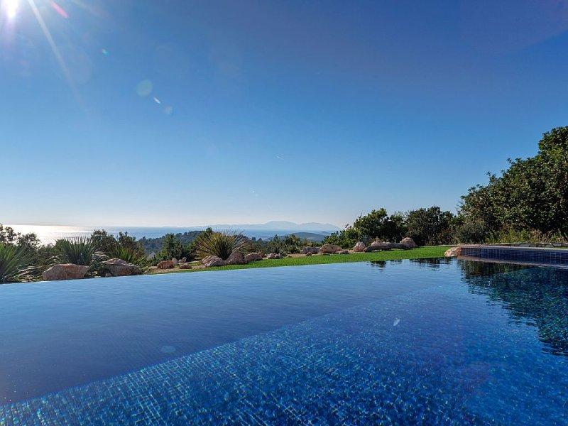Luxury infinity pool villa Pelagos in Hvar town, aluguéis de temporada em Hvar Island