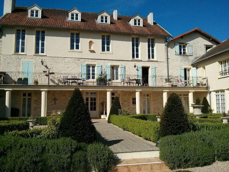 Apartment in Stylish Conversion of Former Convent set in Peaceful Grounds, holiday rental in Vouvant