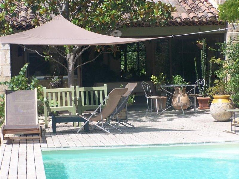la piscine et son salon