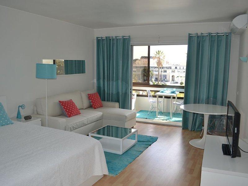 Magnifico apartamento no coração do Estoril e em frente à praia. Wi-Fi, holiday rental in Joao do Estoril