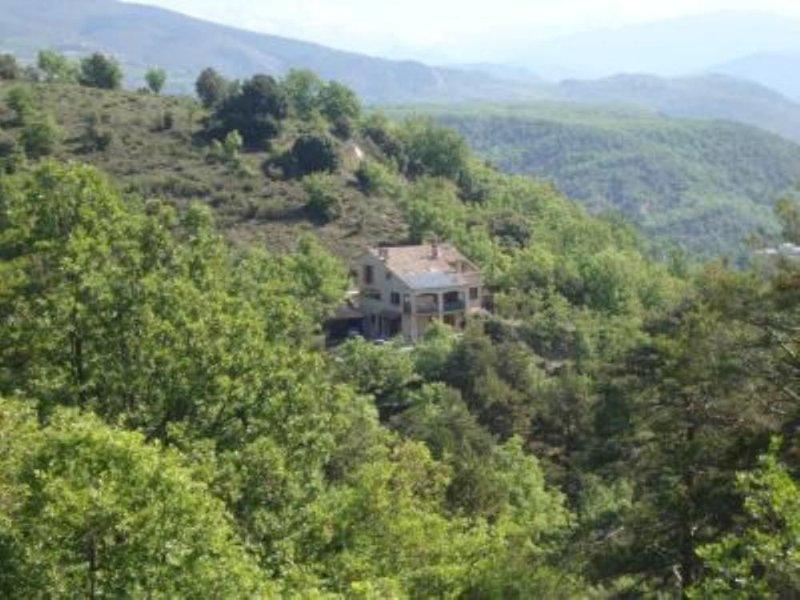 Appartement avec terrasse dans Villa Entourée de 2,5 Hectares de jardin, holiday rental in Digne-les-Bains