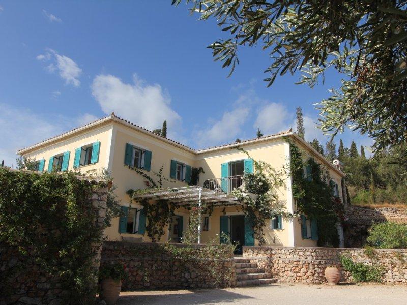 Luxury Classic Built Villa With Stunning Sea Views And Private Pool, aluguéis de temporada em Skinaria