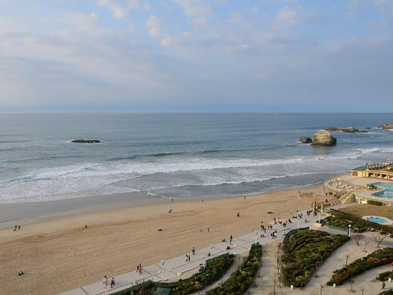 Vue mer exceptionnelle, Biarritz centre, terrasse piscine parking, WIFI, plage, vacation rental in Biarritz