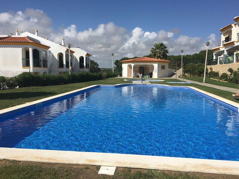 Fantastic Modern 2 bed Villa Town House Sleeps 6, alquiler vacacional en Carvoeiro